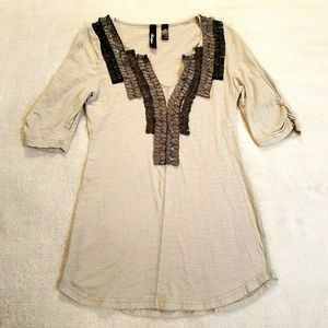 BKE Boutique Womens Sz M Gray Embellished Top 833